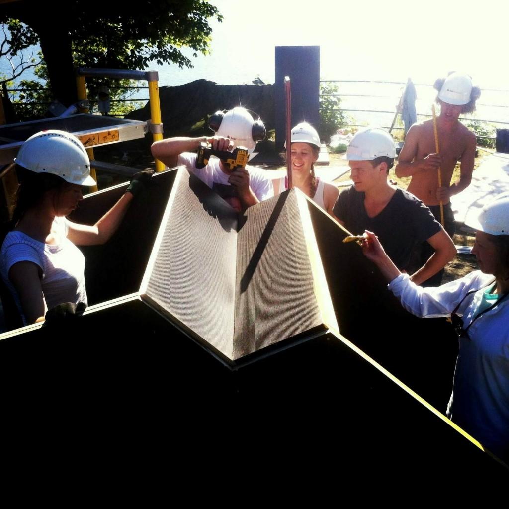 Landskapsgruppen bygger trekantlandskap i vannfaste forskalingsplater. Om ca. 9 dager skal gummimaterialet Playtop fra Safeplay og Tommys hage og anlegg støpes. Vi gleder oss skikkelig!